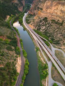 Com i perquè es mou l'aigua en els rius i els canals?